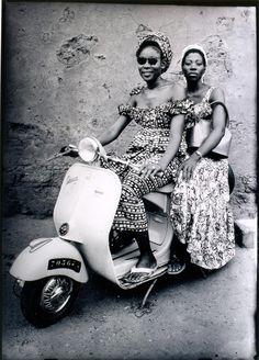 Photo de Seydou Keita( 1921-2001)- grand portraitiste qui réalisa des clichés de la société malienne de 1948 à 1962 Seydou Keita, African Women, African Fashion, Ethnic Fashion, Ojos Color Cafe, Vanity Fair, Vespa Girl, Scooter Girl, African Textiles