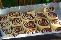 Kakaós csiga Horváth Ilona módra Hungarian Desserts, Hungarian Cake, Hungarian Recipes, Doughnut, Muffin, Food And Drink, Rolls, Cooking Recipes, Pudding