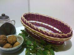 Oválný košík Oválný košík z fialového a přírodního pedigu, zdobený korálky a zavírkou Madeira. Pevné dno zdobené decoupage technikou a lakované bezbarvým lakem s atestem pro přímý styk s potravinami. Rozměr dna 24x14cm, horní rozměr 29x19cm, výška 9cm Tento fialový košík byl vyroben na objednávku, udělala jsem tedy rovnou dva, ale není problém vyrobit ho v jiných ...