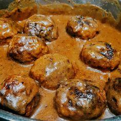 Swedish meatballs (Zweedse gehaktballetjes) worden geserveerd met een romige bruine saus of jus. Mijn versie staat nu online!