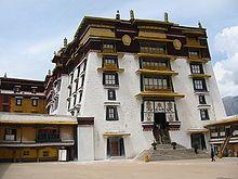 Architecture of Tibet - Wikipedia Asian Architecture, Temple Architecture, Vernacular Architecture, Religious Architecture, Amazing Architecture, Architecture Details, Dalai Lama, Monuments, Le Tibet