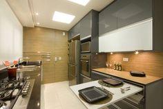 cozinha cinza com painel de madeira