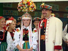 Una boda polaca en la región de Lowicz Una novia polaca tradicionalmente lleva un vestido blanco y un velo completo. El novio a menudo lleva una flor en el ojal a juego del ramo de su novia. Si notas que la novia sutilmente mueve una parte de la falda de su vestido intentando tapar el zapato del novio, puede que ella siga una creencia antigua que este rito le permitirá ser la persona dominante en la relación.