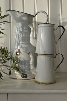 old pots as kitchen decoration