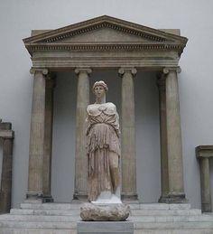 Estatua de Athena Parthenos de la Biblioteca de Pérgamo con el templo de Zeus Sosipolis de Magnesia del Meandro en el fondo. Pergamon Museum, Berlín.