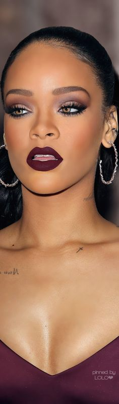 Rihanna's dark skin makeup is incredible here. Loving the lipstick! Rihanna's dark skin makeup is incredible here. Loving the lipstick! - Das schönste Make-up Makeup Goals, Love Makeup, Makeup Inspo, Makeup Inspiration, Makeup Tips, Makeup Ideas, Makeup Products, Makeup 2016, Purple Makeup