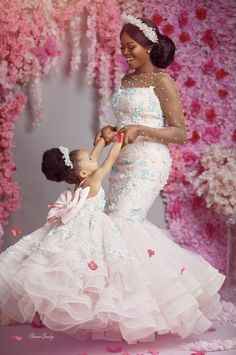 Asoebi style mother and daughter beautifully dressed African Dresses For Kids, African Lace Dresses, Latest African Fashion Dresses, Girls Dresses, Flower Girl Dresses, Mum And Daughter Matching, African Traditional Wedding Dress, African Wedding Attire, Mother Daughter Fashion