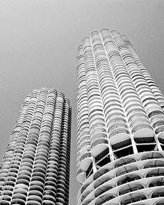The twin towers of Marina City, Chicago, designed in 1959 by US architect Bertrand Goldberg (1913-1997). The first buildings in the United States to be constructed with tower cranes www.bertrandgoldberg.org