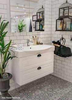 Hamrat kakel i kombination med klinker med marockanskt mönster. Bathroom Vanity, Bathroom, Kungsbacka, House, Home, Super White, White, Home Deco, Home Decor