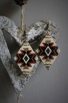 Here is a pair of earrings in shades of beige, black diamond-shaped, gold matte and Sienna. Nice mix of matte and shiny beads. They are entirely by hand. The hooks are gold metal and are guaranteed without lead, nickel and cadmium by my supplier. They measure approximately 6.5 cm in