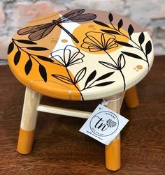 Wooden Painting, Diy Painting, Pottery Painting Designs, Paint Designs, Chalk Paint Furniture, Hand Painted Furniture, Diy Para A Casa, Painted Stools, Cement Art