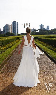 """Vestido de noiva da estilista Rany Ramos em Cetim dupla face com sobreposição em Georgete de Seda. Decote em """"V"""" e transparência na cintura."""