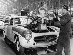 Mercedes-Benz assembly line in 1955 (by Auto Clasico) Mercedes Benz 300 Sl, Mercedes Benz Germany, Mercedes Maybach, Daimler Ag, Assembly Line, Classic Mercedes, Busse, Vintage Cars, Classic Cars