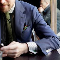 I like the way how the green tie and the navy blue blazer complements each other. Oh yes, the green hanky adds the zesty touch to this preppy look. :)