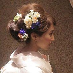 白地にかわいらしい柄の打ち掛け*  生花とシルクフラワーを組み合わせて^^ #SERLIA  #プレ花嫁 #和装 #ヘアメイク #ヘアアレンジ #和装 お色直し20分くらい