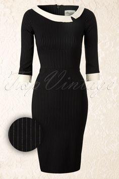 De Black Mistress Mad Men Vintage Pencil dress with Pinstripe van de The Pretty Dress Company,voegt een beetje Mad Men glamour toe aan je garderobe!Deze fantastische op de jaren 50 geïnspireerde zwarte pencil jurk met krijtstreep heeft een elegant a-symetrisch kraagje en chique driekwart mouwtjes.Door de mooie crème kleurige boothals en omslagjes aan de driekwart mouwtjes heeft dit jurkje een echte 50s vibe. De brede tailleband maakt dit model enorm flatterend! Uitgevo...