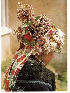 Ľudový odev pochádza z obce Hrušov okr. Veľký Krtíš. Dievča ma oblečenú modrú mentieku, poď ňou hrdé oplecko. Hlavu jej zdobí parta a veniec. Majiteľ: p. Varga Fotografia je z vystúpenia v Šahách. Wedding Ceremony, Floral Wreath, Symbols, Fancy, Wreaths, Bride, 21st Century, Fotografia, Flower Crown