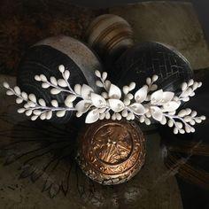 Peineta-semicorona novia de pistilos y calas color blanco roto y nácar, aplique para cinturón u hombreras de IbelSaBuMasQTocados en Etsy https://www.etsy.com/es/listing/266630467/peineta-semicorona-novia-de-pistilos-y