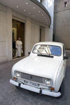 El papa Francisco conduce un viejo 4 Latas por las calles del Vaticano