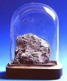 Cette météorite est tombée le 15 mai 1864 sur le village d'Orgueil, près de Montauban.  C'est une météorite carbonée, d'un type rare. Plus vieille que le système solaire, elle contient de l'eau non terrestre et des acides aminés. A ce titre, elle intéresse les chercheurs qui travaillent sur la possibilité d'une vie extra–terrestre