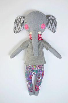 elefante de trapo muñeca: Elsie Peanut muñeca de por roseyragdoll