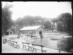 El embarcadero del lago de la Casa de Campo, con la bandera republicana / Hemeroteca Municipal