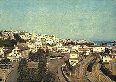 avenida españaTánger en los años 60. Al fondo, a la izquierda, la aduana. Las vías del ferrocarril llegaban entonces, con sus viajeros y mercancías, hasta el mismo puerto.