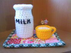 「牛乳瓶とホットミルク」かぎ針立てにしていた薬の空き瓶を編みくるんで牛乳瓶にしました。[材料]薬の空き瓶、中細毛糸