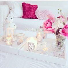Decoración limpia y romántica , blanco y rosa .