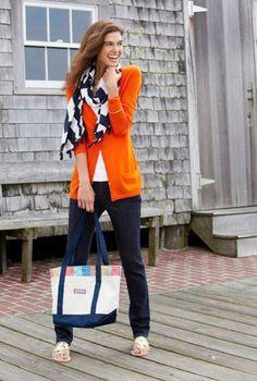 Conjunto cardigan naranja, camiseta blanca, pantalones azul marino, sandalias doradas, pañuelo multicolor y bolso multicolor