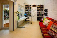 O desenho no armário e as cores tornam o Home Office de AMFB Arquitetura despojado.