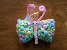 Butterfly baby shower favor. Easy to make. Fill a sandwich bag half full with your favorite candy. Cinch the bag in half and secure with a clothes pin. Add a pipe cleaner for the antenna and googly eyes. Everyone at my sister's shower loved them!