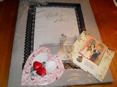 Hääpari sai lahjaksi 2-hengen tyynynliinan, jossa kuva heistä (kuva oli heidän  kihlajaiskiitoskuva ja nimitekstit hääkutsusta). Ja hempeässä sydän paketissa 2 suklaasydäntä ja kortissa 60-luvun hääkortti kuvana.