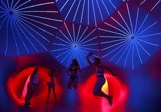 Grupo interage com instalação inflável criada pelo designer britânico Alan Parkinson para um festival de música em Budapeste, na Hungria. Foto Laszlo Balogh/Reuters.
