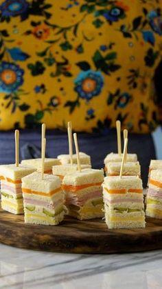 Vai receber os amigos em casa? Surpreenda todo mundo preparando essa linda e deliciosa receita de torta fria no palito! | https://lomejordelaweb.es/