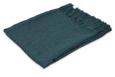 Lätt och skön pläd med frans, finns i flera fina färger som lätt kan kombineras med kuddarna i soffan. Tillverkad i 100% polyester, kan maskintvättas i 30°C skontvätt.