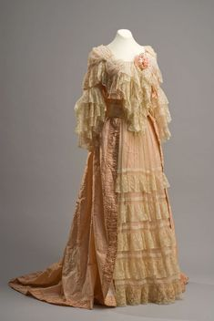 ephemeral-elegance: Lace Embellished Tea Gown, ca. late Century via Museo de Historia Mexicana 1890s Fashion, Edwardian Fashion, Vintage Fashion, Vintage Gowns, Vintage Outfits, Ropa Interior Vintage, Tea Gown, Gown Dress, 19th Century Fashion