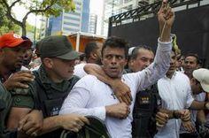 El dirigente opositor venezolano Leopoldo López se entrega a miembros de la Guardia Nacional (GNB, policía militarizada) este martes 18 de febrero de 2014, en una plaza en Caracas (Venezuela). López, contra el que pesa una orden de captura por los incidentes del pasado miércoles al término de una marcha que dejaron tres muertos, fue introducido en un vehículo blindado de la GNB que salió entre cientos de seguidores de López.
