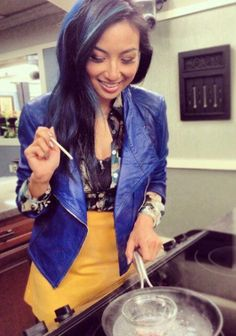 Wish we looked this cute in the kitchen! Learn how to look good even while cooking from Jeannie! #StylePop