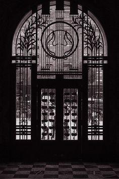 El estilo de la puerta del Palacio de Bellas Artes es art deco brass ornamental window - Palacio de Bellas Artes, Mexico City
