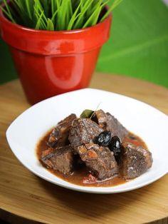 poivre, thym, pulpe de tomate, vin rouge, farine, oignon, huile d'olive, ail, boeuf, sel, olive noire, carotte