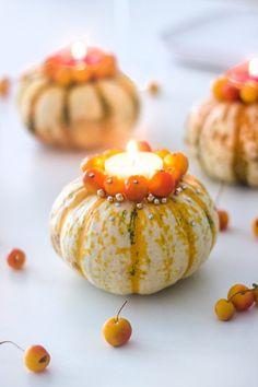 Kürbis DIY: herbstliche Kerzenhalter mit Zieräpfeln basteln Table Centerpieces, Centrepiece Ideas, Diy Pins, Diy Arts And Crafts, Open Kitchen, Fall Halloween, Halloween Party, Cool Diy, Candle Holders