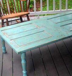 mesa hecha con una puerta vieja