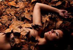 """""""O chão é a cama para o amor urgente, O amor não espera ir para a cama. Sobre o tapete no duro piso, a gente compõe de corpo a corpo a última trama. E para repousar do amor, vamos para a cama."""" ―Carlos Drummond de Andrade"""