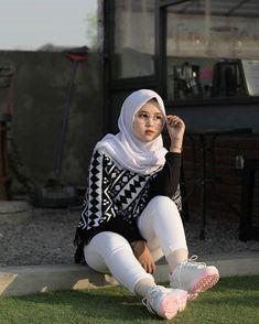 Beautiful Hijab, Beautiful Women, Indonesian Girls, Hijab Chic, Aesthetic Girl, Muslim Women, Turban, Photography Poses, Astronomy