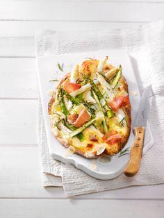 Spargelflammkuchen mit frischem Spargel, Schinken und Parmesan