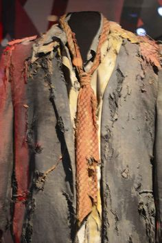 Zombie Halloween Costume Idea: Use torn, tattered clothes for the ultimate zombie apocalypse look. Halloween Zombie, Diy Zombie Kostüm, Halloween 2017, Holidays Halloween, Halloween Makeup, Halloween Ideas, Family Halloween, Zombie Costumes For Kids, How To Zombie Makeup