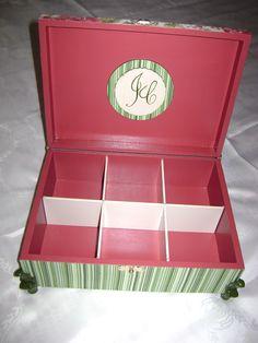Casamento: interior de caixa para banheiro feminino,  aplique com as iniciais dos noivos em MDF, pés em resina e divisórias- 2
