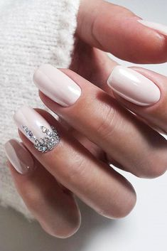 The advantage of the gel is that it allows you to enjoy your French manicure for a long time. There are four different ways to make a French manicure on gel nails. Wedding Day Nails, Wedding Manicure, Wedding Nails Design, Wedding Nails For Bride Natural, Simple Wedding Nails, Wedding Makeup, Simple Nails, Glitter Wedding Nails, Elegant Bridal Nails