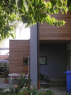 Die waagerechte Holzverschalung streckt den Bau optisch und lässt ihn niedriger aussehen, als er in Wirklichkeit ist.